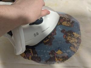 chauffer la cire sur le tissu du bee wrap avec le fer à repasser